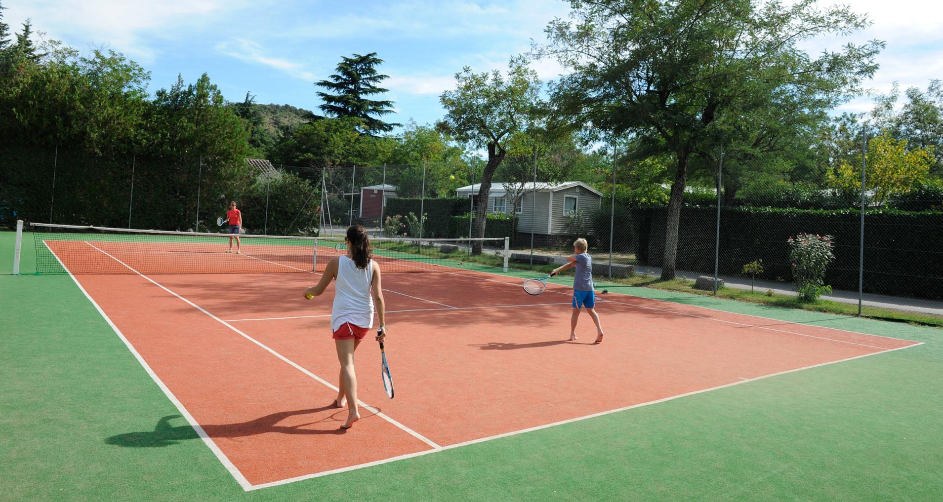 Camping en ard che avec tennis yelloh village soleil for Terrain de tennis taille