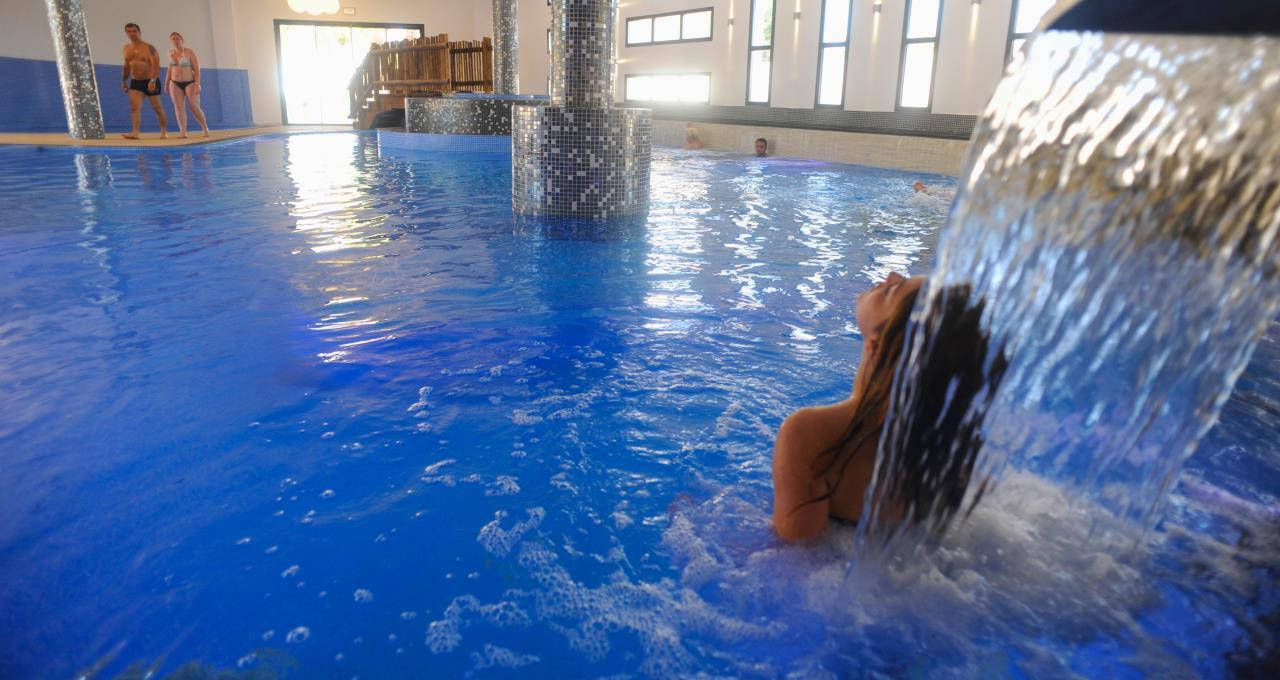 Camping avec piscine baln o couverte marseillan les for Camping a marseillan plage avec piscine