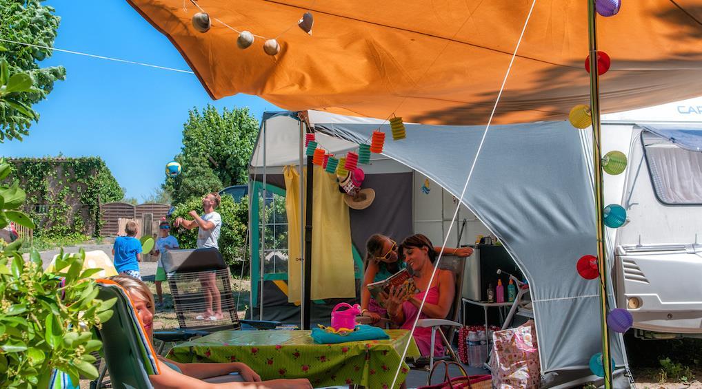 luxus camping am mittelmeer in frankreich les m diterran es. Black Bedroom Furniture Sets. Home Design Ideas