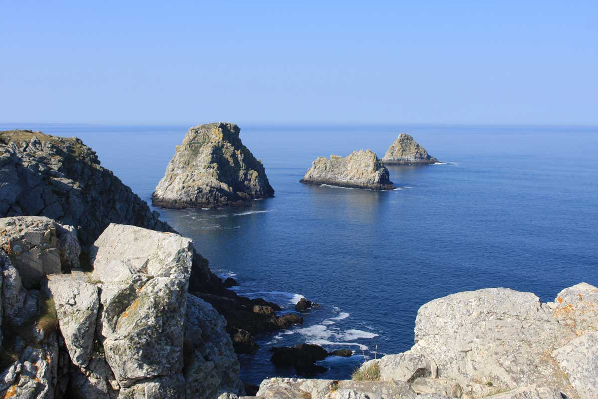 Trois impressionnants rochers prolongent la pointe de Penhir - François Bordonneau