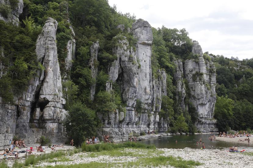 La rivière Beaume, affluent de l'Ardèche, et ses plages propices à la baignade