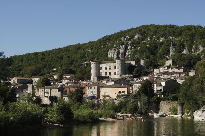 L'Ardèche coule aux pieds du village de Vogüé