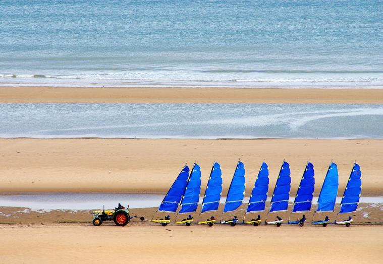 Chars à voile sur la plage d'Omaha Beach dans le Calvados