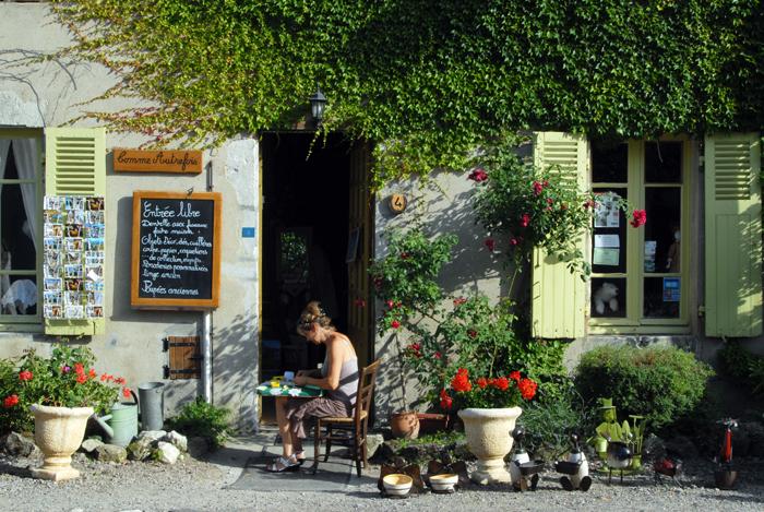 Boutique-atelier de confection de dentelle comme autrefois à Charroux