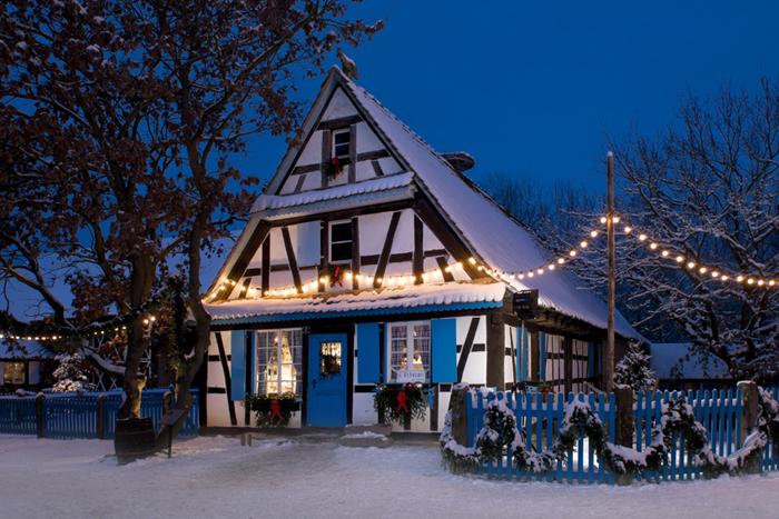 La magie des lumières de Noël habille le vieux village alsacien reconstitué à Ungersheim