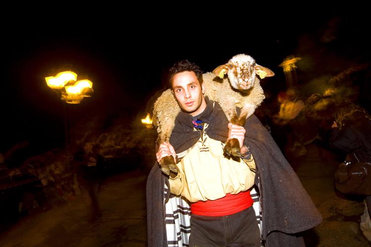 Le pastrage est la procession des bergers venus offrir un agneau au prêtre avant la messe de minuit