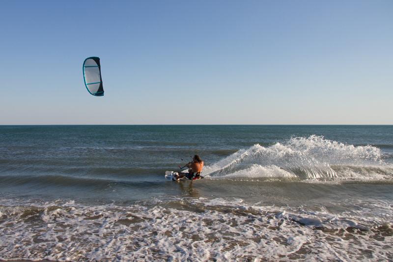 De nombreux campings de bord de mer proposent de tester le kite surf