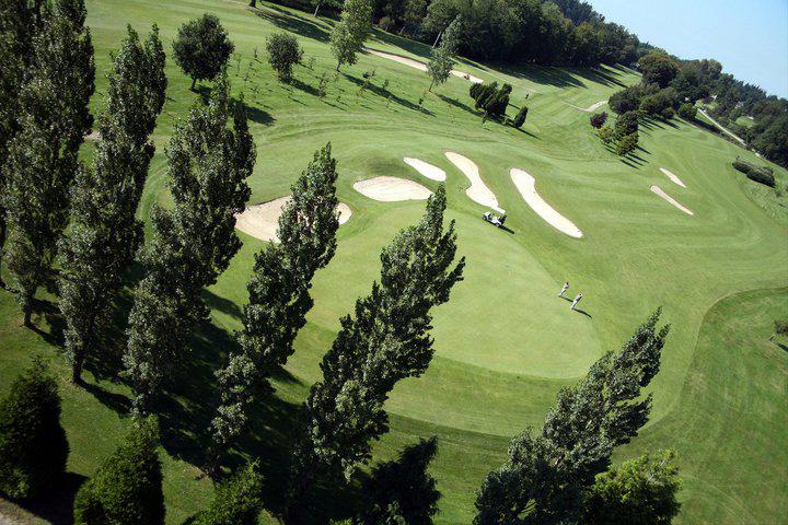 Le superbe terrain de golf du Castel Domaine des Ormes