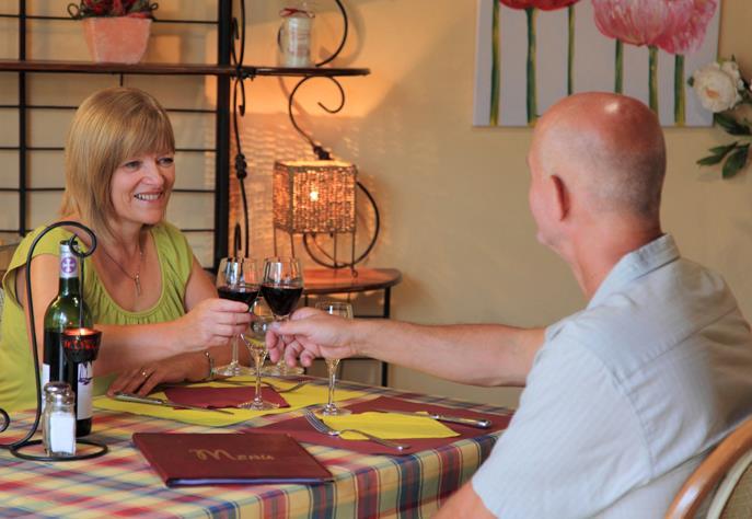 Le campeur aime les plaisirs d'une bonne table