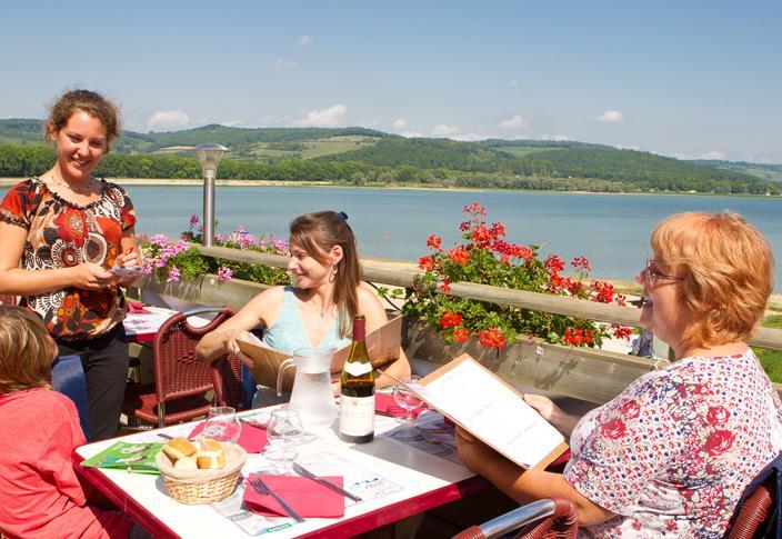 La terrasse du camping du Lac de Panthier à Vandenesse-en-Auxois