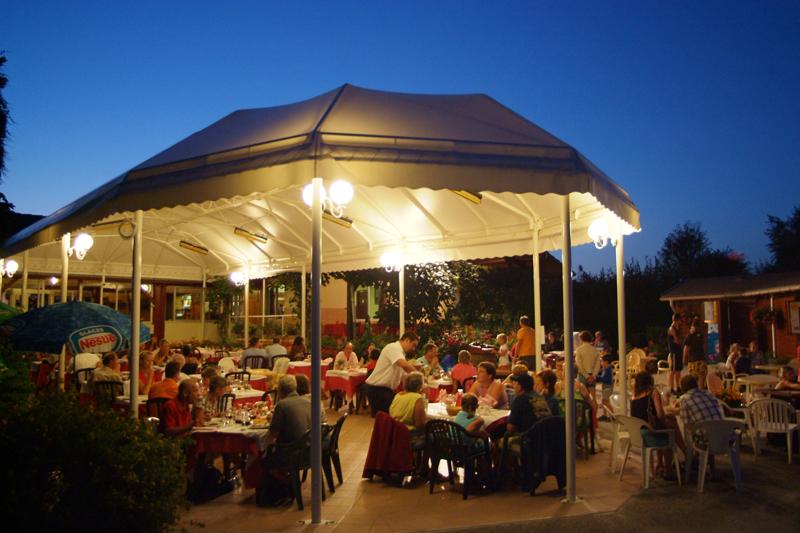 La terrasse couverte du restaurant du Coin Tranquille