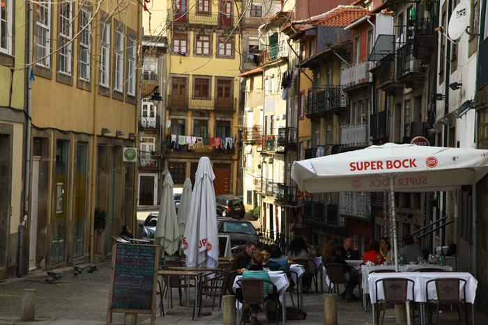 La rua de São Francisco à Porto