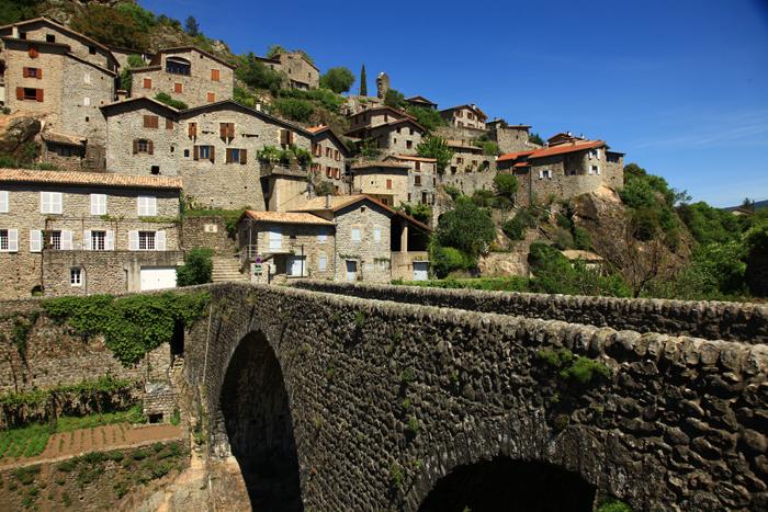 Le vieux pont et les maisons de pierre de Jaujac