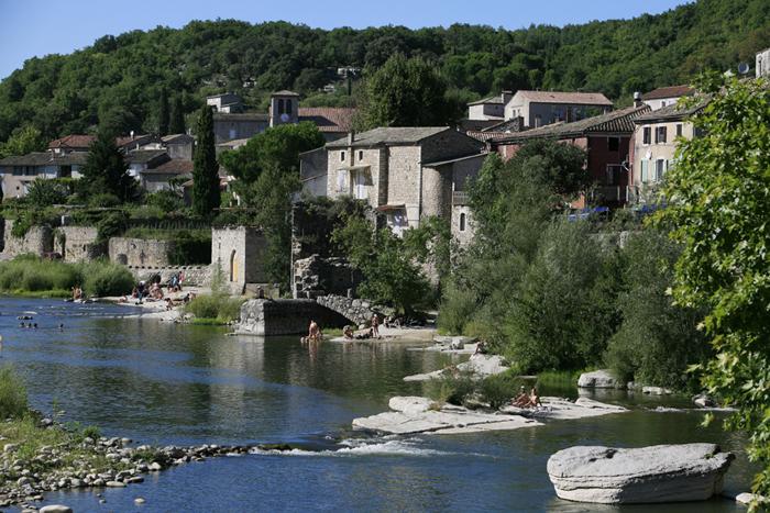 Le village de Voguë bâti entre les gorges et les montagnes d'Ardèche