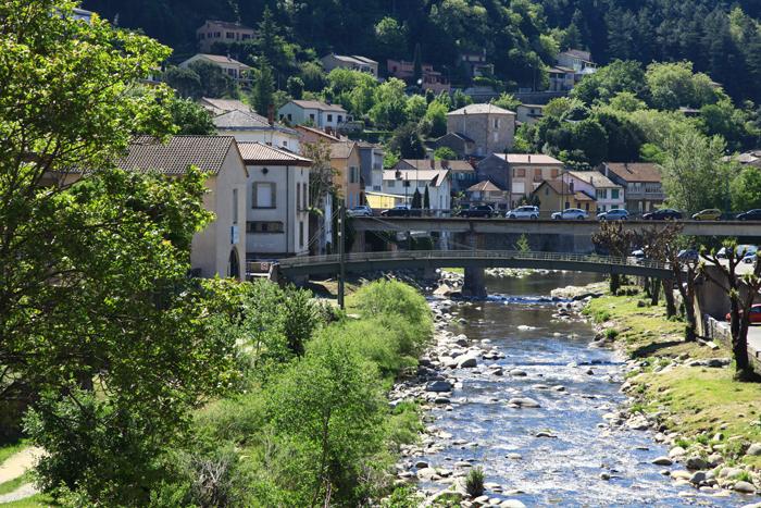 La ville thermale de Vals-les-Bains traversée par l'Ardèche