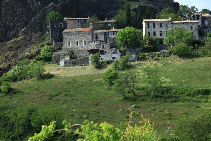 Le village isolé de Sceautres sur le plateau du Coiron
