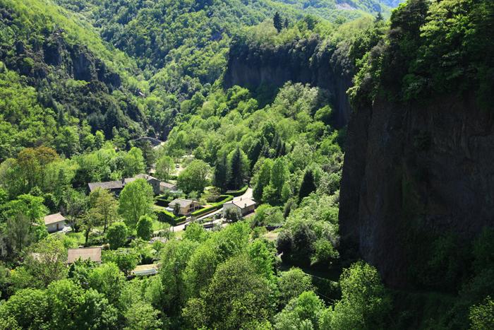 Le village de Thueyts au pied des falaises