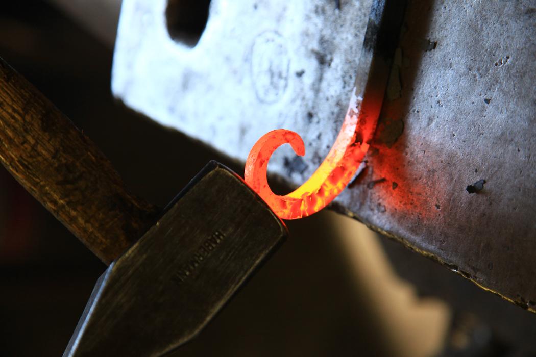 Yso travaille le bois, l'argile mais affectionne plus particulièrement le métal