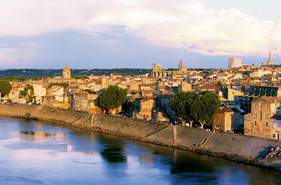 La ville d'Arles au bord du Rhône