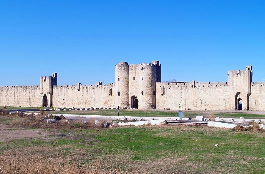 La ville d'Aigues-Mortes entourée de remparts et bordée de salins