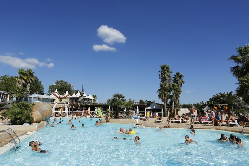 Ambiance de camping : piscine et détente