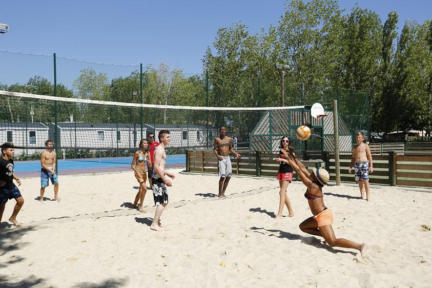 Activité beach-volley au camping