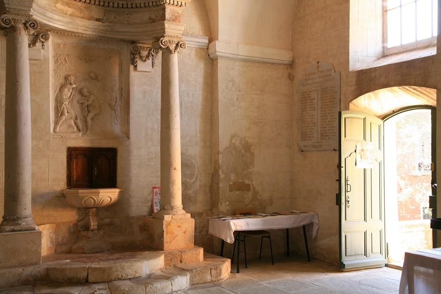Dans l'église Saint-Michel de Roussillon