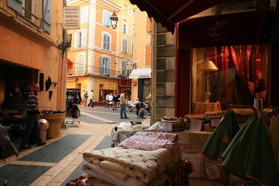Dans les rues animées d'Apt en Luberon