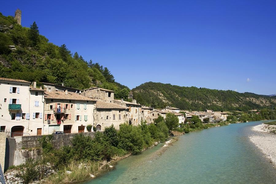 Le village de Pontaix traversé par la Drôme