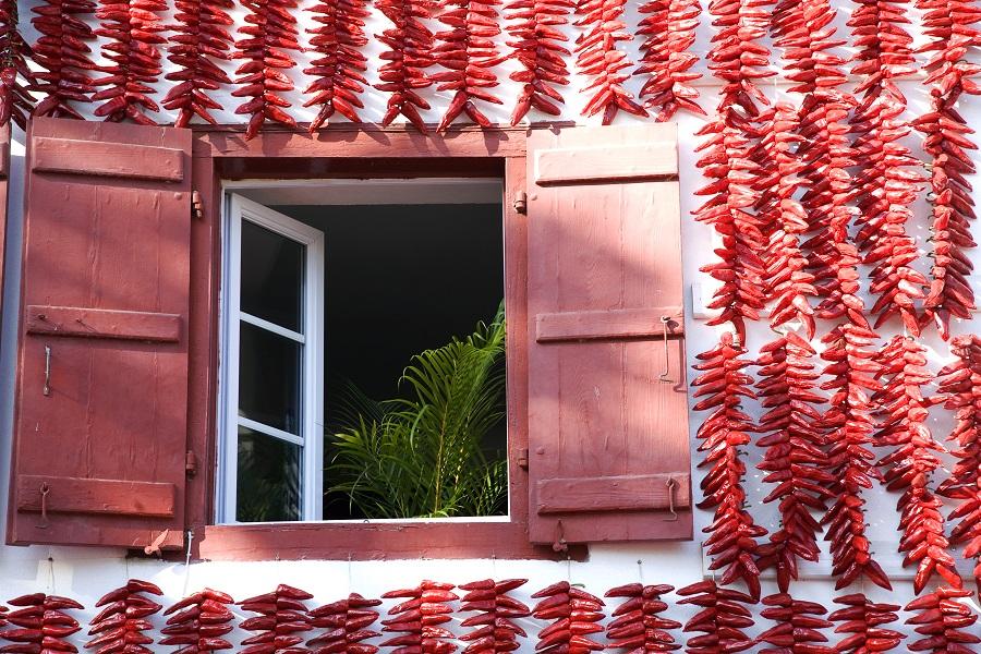 Façade d'Espelette décorée de piments