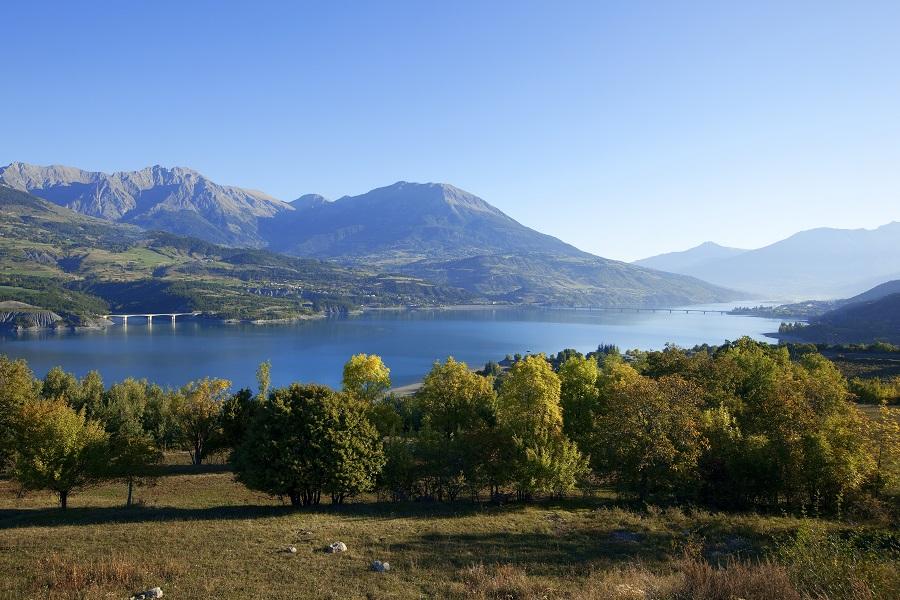 Le lac de Serre-Ponçon dans les Hautes-Alpes