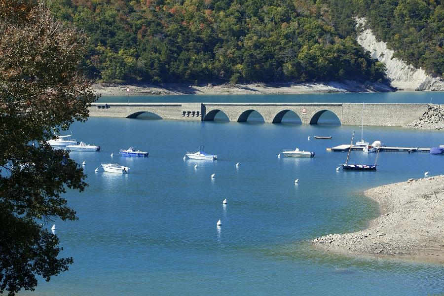 Les eaux turquoise du lac de Serre-Ponçon