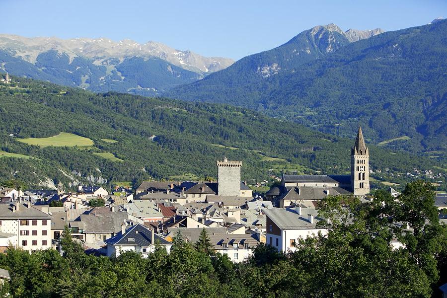 La ville d'Embrun au bord du lac de Serre-Ponçon