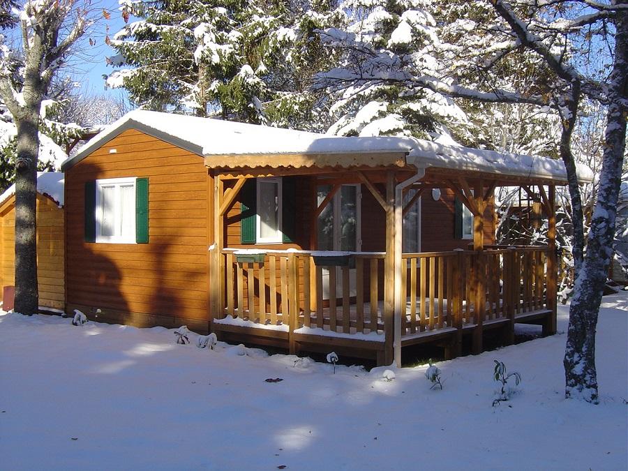 Mobil-home sous la neige au camping Bois de Gravière