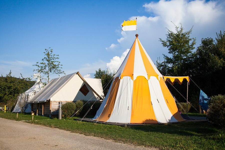 Tente médiévale au camping La Roche d'Ully