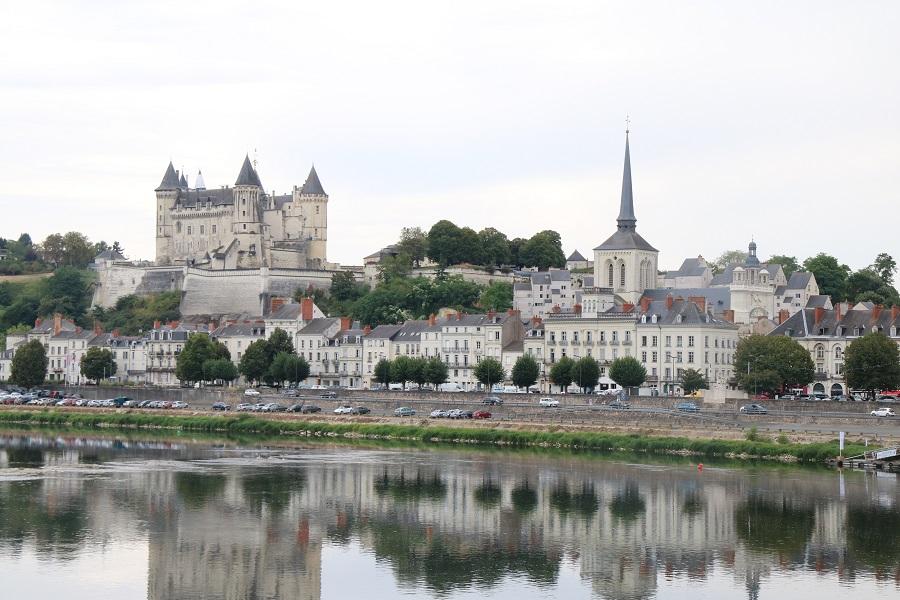 Saumur se reflétant dans la Loire
