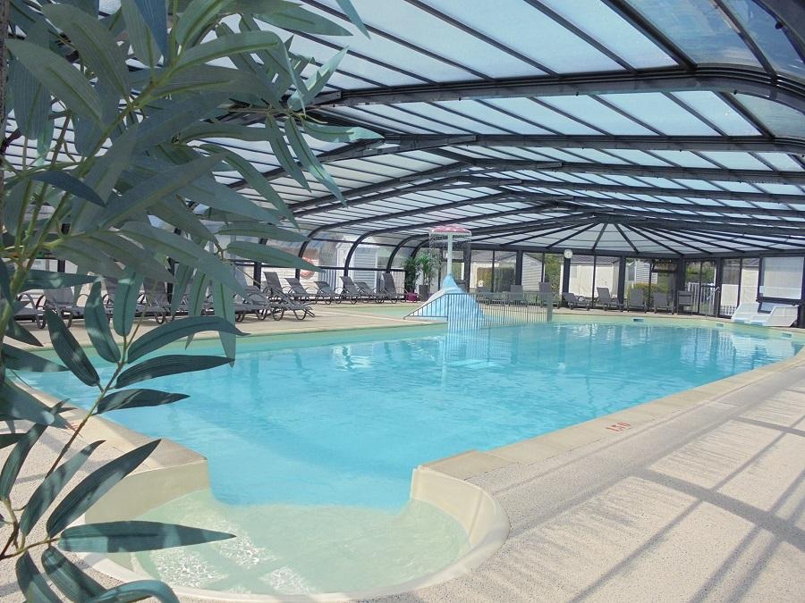 La piscine couverte et chauffée du camping Aux Pommiers