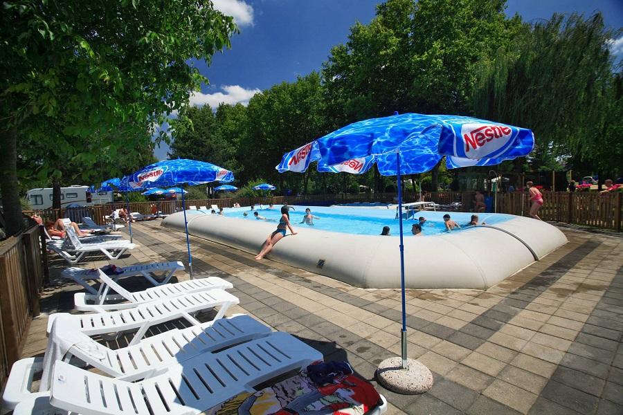La piscine chauffée du camping de Melun