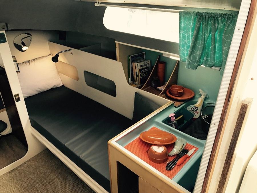 L'intérieur d'un bateau réaménagé par Bathô