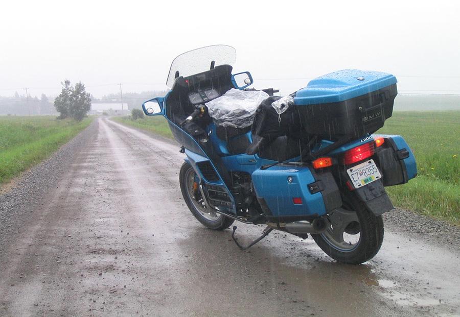 Moto sous la pluie