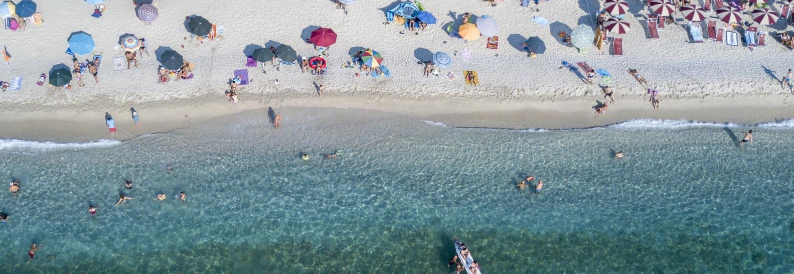 Strand von Zambrone in Kalabrien von oben aus gesehen