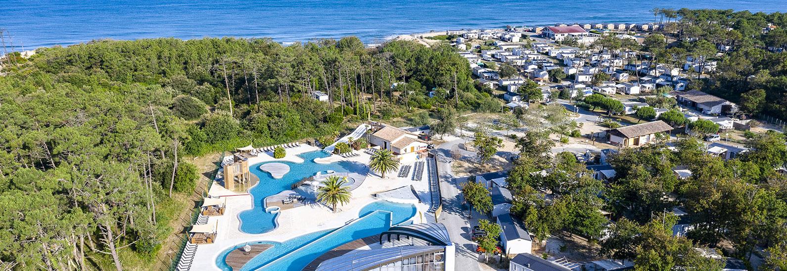 Luftaufnahme von Campingplatz am Meer mit Wasserpark