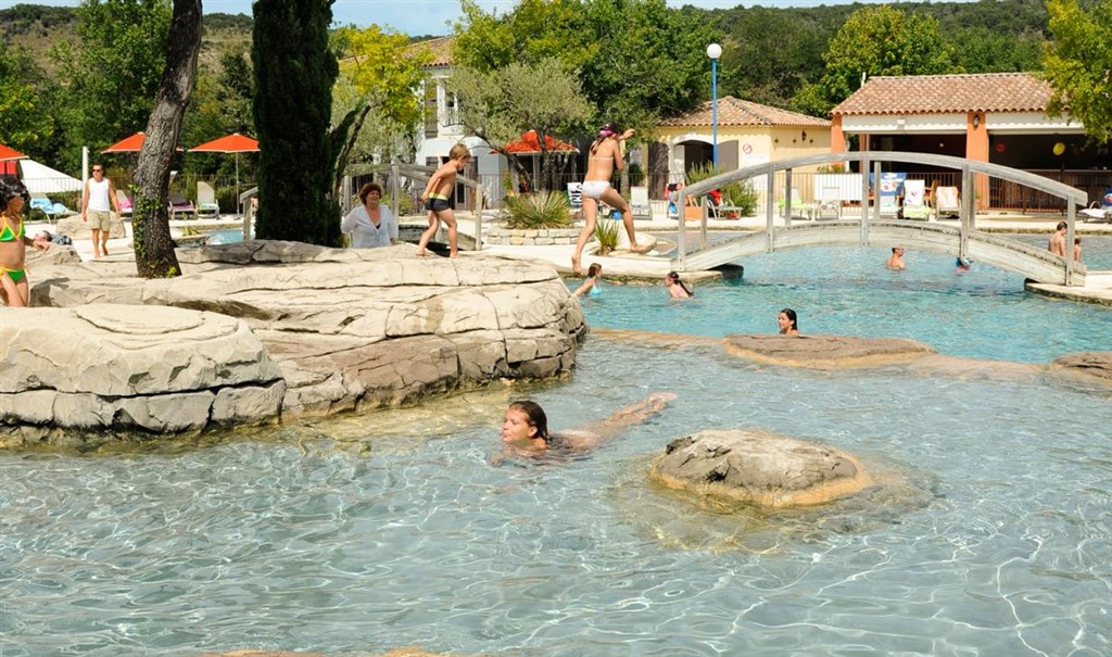 Camping ard che avec parc aquatique yelloh village for Camping avec piscine en ardeche