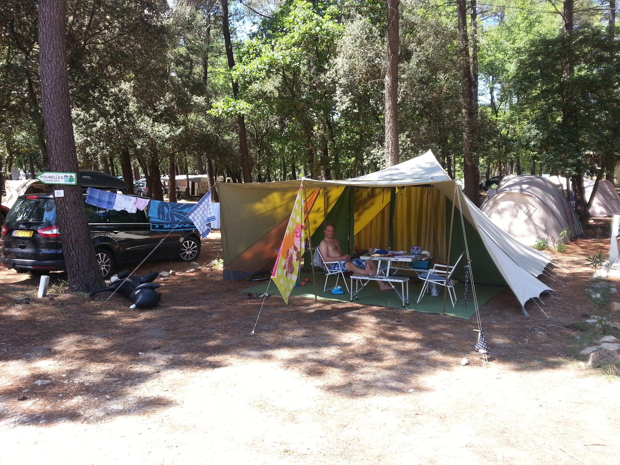 Emplacement - Emplacement (Forfait 2 Personnes + 1 Voiture) Et Électricité Inclus - Camping La Simioune
