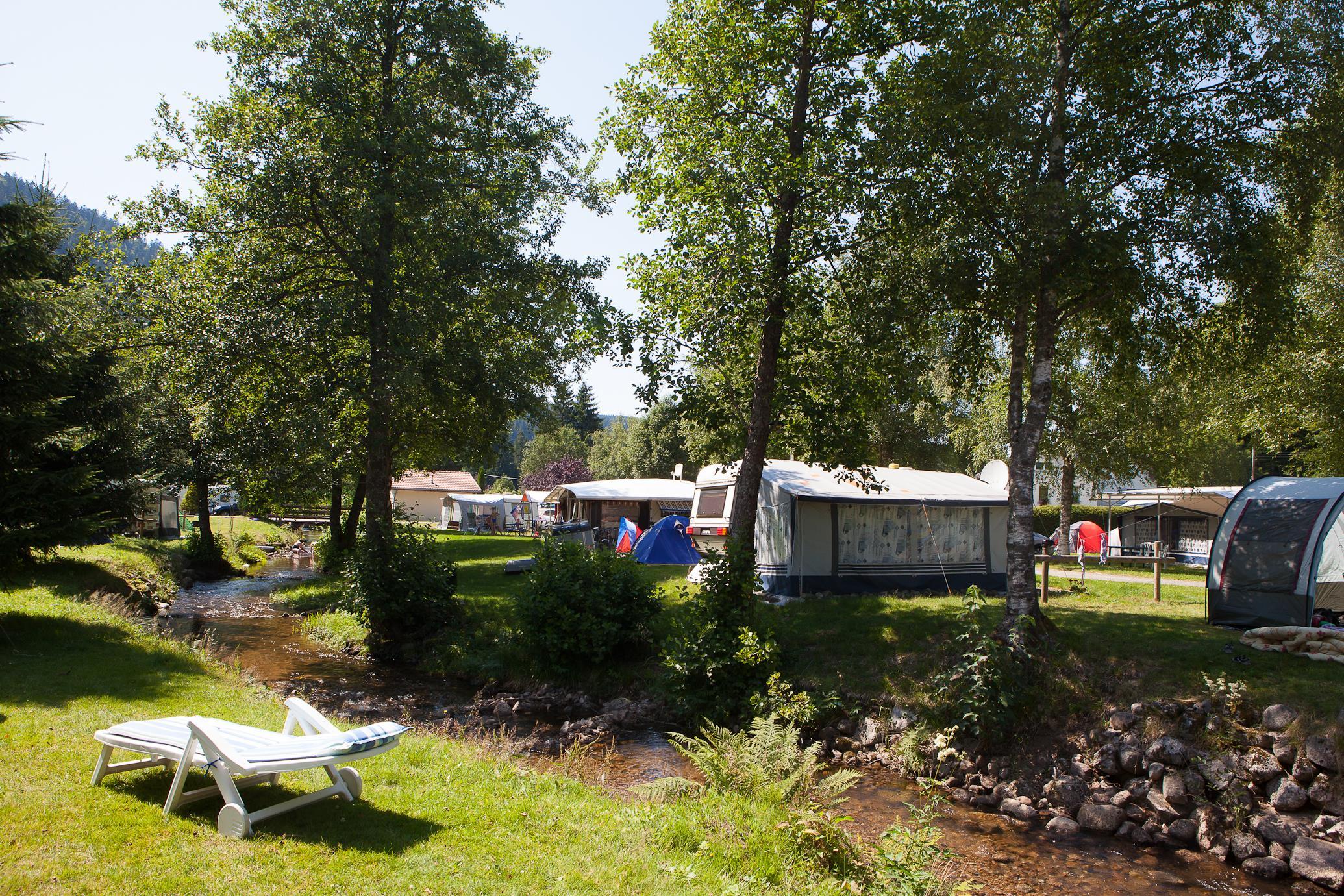Emplacement - Forfait Privilège (1 Tente, Caravane + 1 Voiture Ou Camping-Car / Électricité 6A) - Flower Camping Verte Vallee