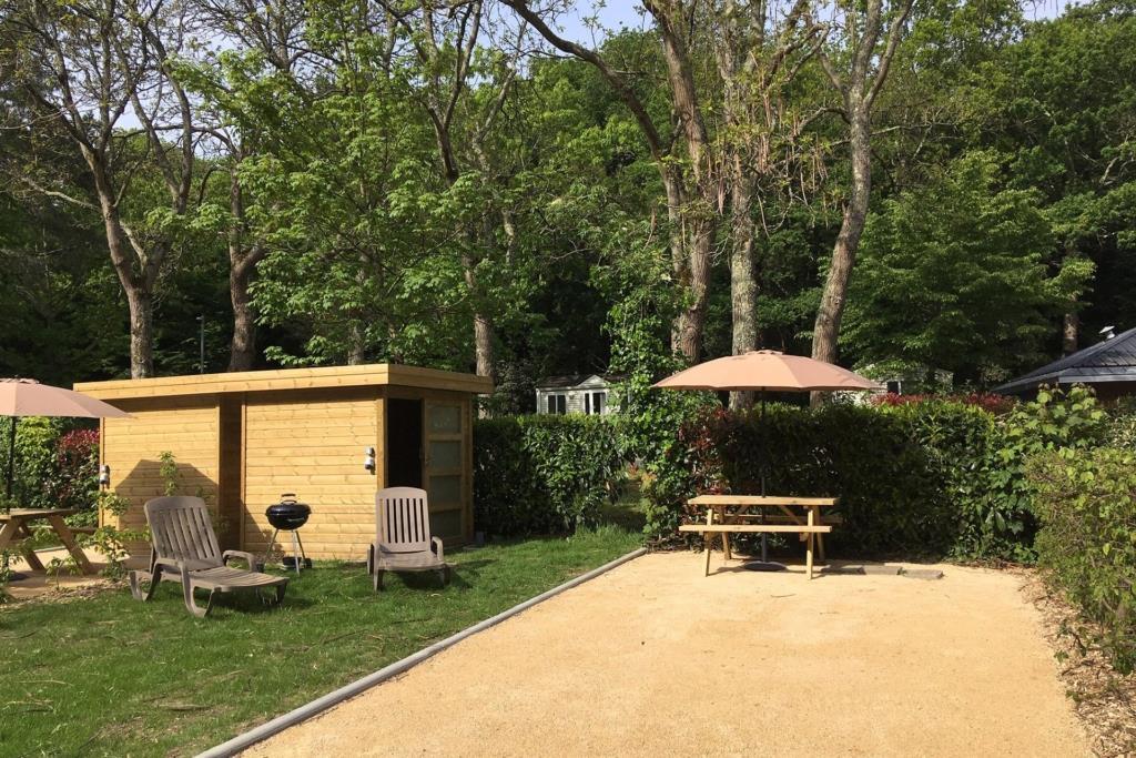 Emplacement - Forfait Premium 1 À 2 Personnes  Avec Tente + Véhicule + Électricité+ Cabanon ( Eau, Bbq, Transats, Prise Tv Sat, Réfrigérateur) - Nantes Camping