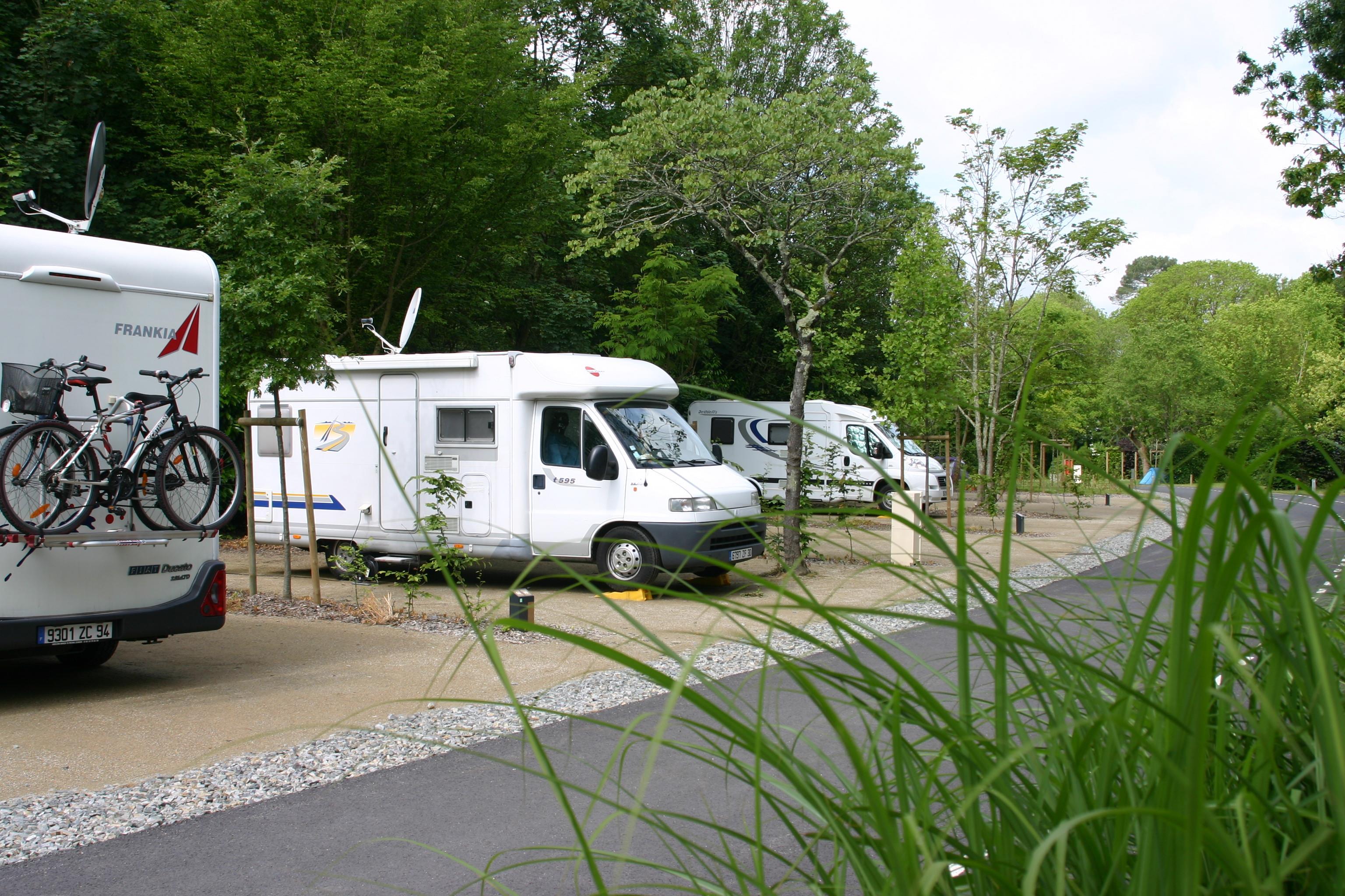Emplacement - Forfait Confort 1 À 2 Personnes Avec Camping Car + Électricité 16A - Nantes Camping