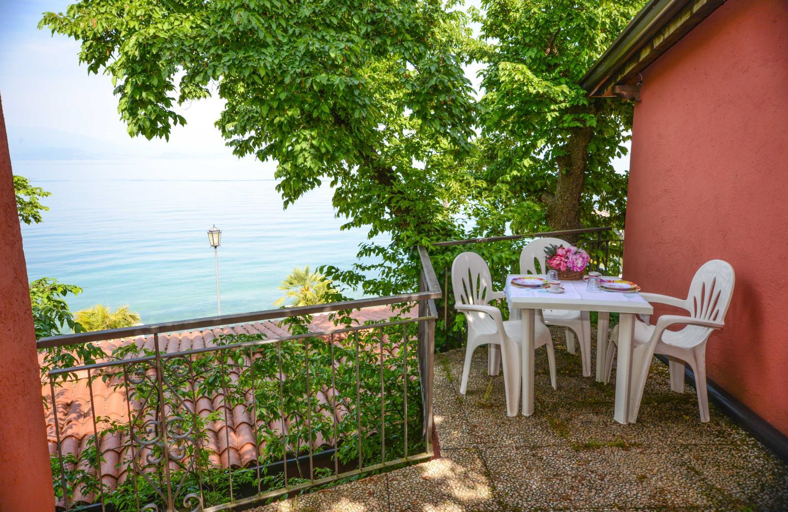 Location - Holiday Apartment With Lake - Hotel en Appartement Villa Garuti