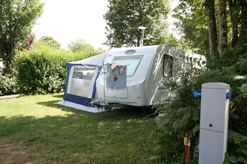 Forfait Confort : Emplacement + 1 véhicule, caravane/tente ou camping-car + électricité 10A