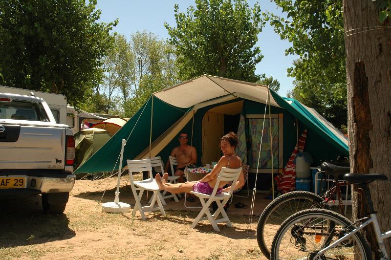 Emplacement (caravane/tente/camping-car + électricité 10 A + accès eau)